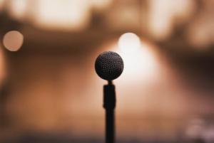 10 ASSUNTOS PARA CONVERSAR NO WHATSAPP - microphone